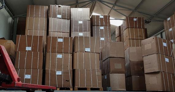 KAS i CBŚP zatrzymały mieszkańca powiatu piaseczyńskiego, który w magazynie przechowywał 70 ton krajanki tytoniowej. To rekordowe przejęcie nielegalnego towaru. Aby go przetransportować potrzeba było sześciu tirów – podały służby.