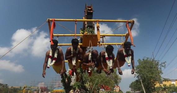Tysiące ludzi wzięło udział w obchodach indyjskiego święta Panguni Uthiram. Wierni nakłuwali swoje ciała wielkimi hakami, a następnie byli m.in. podwieszani na huśtawkach lub na wysokich konstrukcjach. Część z uczestników pochodu ciągnęła kapliczki łańcuchami przyczepionymi do pleców. Nabijanie ciał na zapewnić przychylność bóstw.