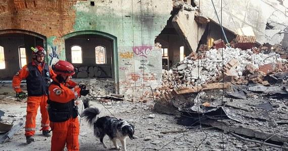 Działania ratownicze na terenie byłej fabryki porcelany w Wałbrzychu w nocy zostały przerwane ze względów bezpieczeństwa. Na miejscu do północy pracowało 21 ratowników oraz specjalne jednostki z psami.