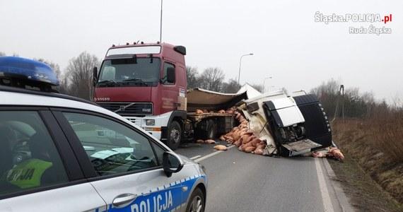 Policjanci z rudzkiej drogówki (woj. śląskie) apelują do kierowców o omijanie ulicy Kokota na wysokości fińskich domków. Droga jest zablokowana przez mięso, które wysypało się na jezdnię z uszkodzonej ciężarówki.