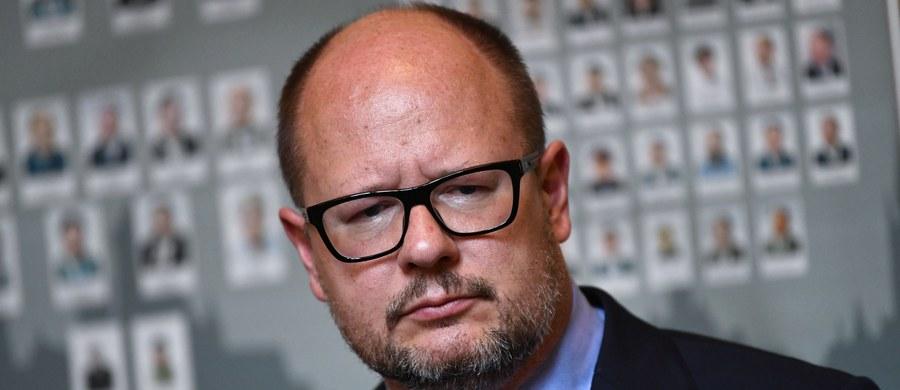 """W związku ze śmiercią prezydenta Gdańska Pawła Adamowicza tamtejszy Sąd Rejonowy umorzył postępowanie w sprawie, w której samorządowiec był oskarżony o podanie nieprawdziwych danych w oświadczeniach majątkowych w latach 2010-2012. Obecny w sądzie obrońca Adamowicza – mec. Jerzy Glanc powiedział dziennikarzom, że """"okoliczności tej sprawy budzą wiele wątpliwości jeżeli chodzi o decyzje podejmowane przez prokuraturę""""."""