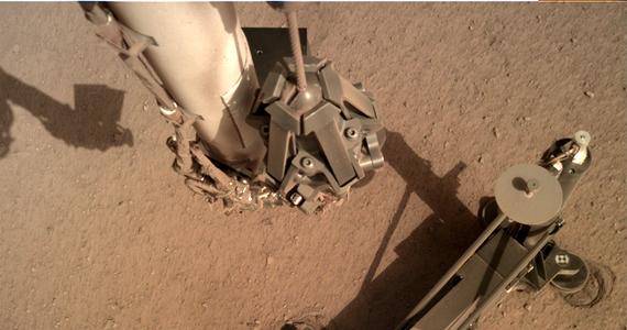 Kret przerywa drzemkę. Kierownictwo misji sondy InSight na Marsie planuje na przyszły tydzień kolejną sesję pracy polskiego urządzenia wbijającego. Tym razem Kret, będący elementem sondy termicznej HP3, podejmie misję diagnostyczną, która ma wyjaśnić, dlaczego na początku marca utknął. Wtedy po kilkunastu minutach pracy trafił na przeszkodę, ominął ją lekko się przechylając, po czym przestał się zagłębiać. Utknął na 30 centymetrach, a jego tylna część wciąż tkwi w prowadnicy stelaża, który podtrzymywał go na powierzchni. Chodzi teraz o wyjaśnienie, czy nie zagłębił się dalej, bo pod powierzchnią trafił na większy kamień, czy też może zakleszczył się w prowadnicy.