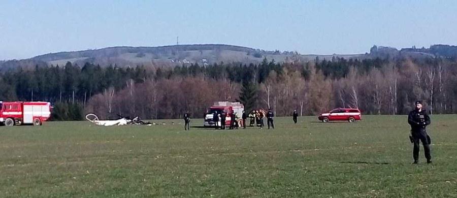 Należący do prywatnej firmy lotniczej DSA mały śmigłowiec spadł w piątek w pobliżu Nowego Miasta nad Metują. W wypadku kilka kilometrów od polskiej granicy zginęły dwie osoby. Do katastrofy doszło w odległości 200 metrów od zabudowań.