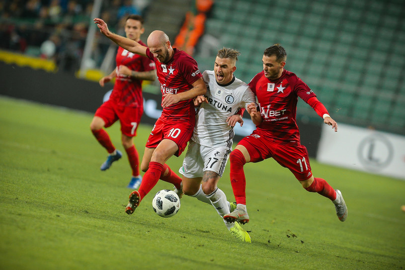 Pokażemy najlepsze mecze ostatnich 11 kolejek piłkarskiej ekstraklasy - poinformował w piątek prezes TVP Jacek Kurski. Dodał, że pierwsze spotkanie zostanie transmitowane na antenie TVP2 i TVP Sport w niedzielę 31 marca.