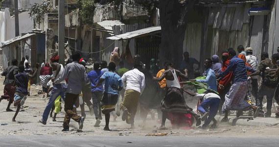 W wyniku sobotniego ataku islamskich ekstremistów na budynek rządowy w centrum stolicy Somalii Mogadiszu w gmachu uwięzione są prawdopodobnie dziesiątki ludzi - podała agencja AP.