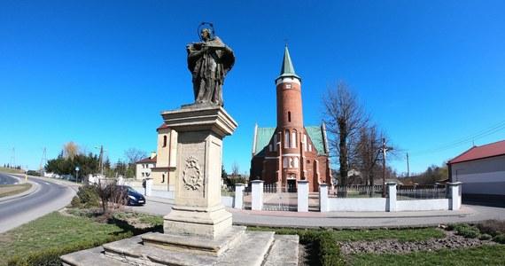 Drzewica to nieduże (bo liczące nieco ponad 4 tys. mieszkańców) historyczne miasto w Łódzkiem, usytuowane jest pomiędzy Piotrkowem Trybunalskim a Radomiem. Otrzymała prawa miejskie w XV wieku; później w XIX stuleciu je utraciła, aby odzyskać je w 1987 roku. Miasto leży w granicach województwa łódzkiego, ale historycznie powiązane jest z Małopolską. Właśnie Drzewica była w sobotę bohaterem naszego cyklu Twoje Miasto w Faktach RMF FM.