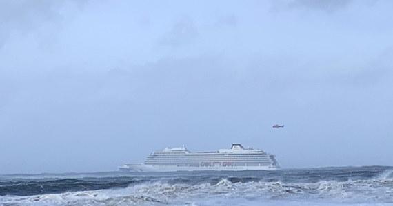 W sobotę popołudniu ewakuowano pierwszych ponad 100 spośród 1300 pasażerów statku wycieczkowego, który po awarii silnika zaczął dryfować w pobliżu środkowej części zachodniego wybrzeża Norwegii  - poinformowała norweska policja.