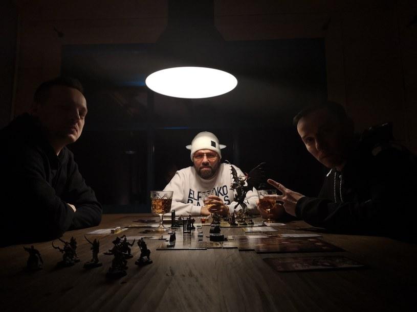 """W połowie marca pojawił się drugi singel zwiastujący nową płytę Pokahontaz """"Renesans"""". Utwór """"Średniowiecze"""" nagrany został wspólnie z donGURALesko."""