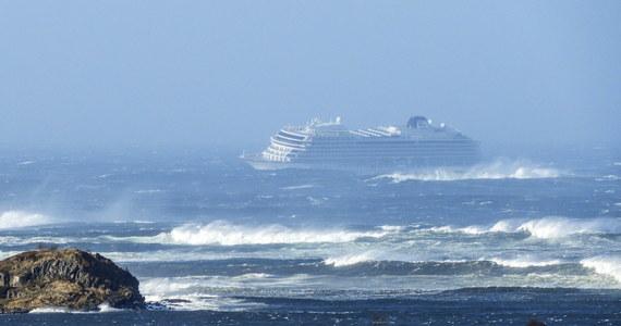 Prawie 400 osób ewakuowano już z pokładu statku wycieczkowego Viking Sky, który po awarii silnika dryfuje na morzu na zachód od Norwegii - informuje portal vg.no.