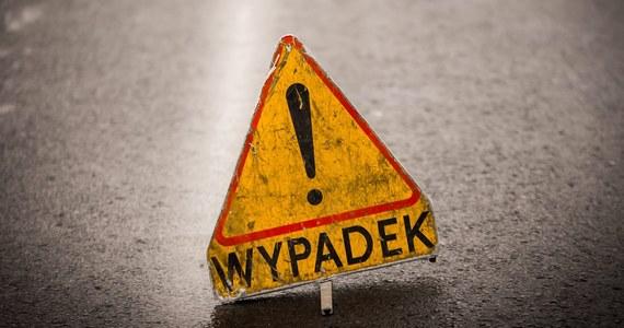 Tragiczny wypadek w miejscowości Brzeźnik, koło Bolesławca na Dolnym Śląsku. Samochód osobowy wjechał w grupę pieszych. Nie żyją trzy osoby.