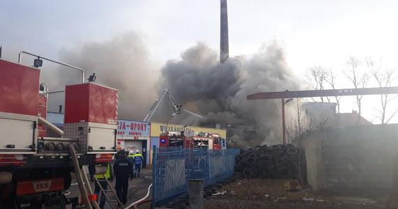 Strażacy opanowali już pożar składowiska opon w Lubaniu w woj. dolnośląskim. W budynku składowane były tysiące opon. Kłęby czarnego dymu widać było z kilku kilometrów. Nikomu nic się nie stało.