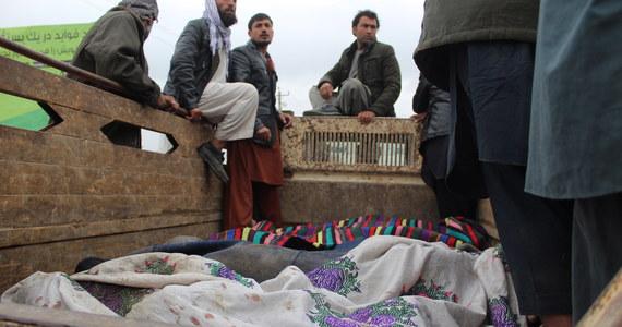 Co najmniej 26 afgańskich żołnierzy i siedmiu policjantów zginęło w ataku talibów na posterunek armii w prowincji Helmand na południu Afganistanu - poinformowały w poniedziałek miejscowe władze.