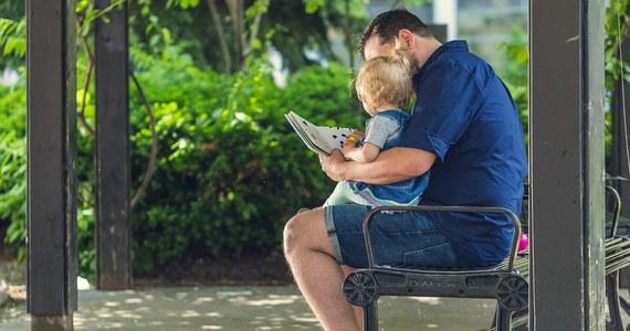 """Warto czytać małym dzieciom jak najwięcej bajek. Lepiej przy tym jednak korzystać z tradycyjnych książeczek, niż z czytników. Przekonują o tym na łamach czasopisma """"Pediatrics"""" naukowcy z University of Michigan. Wyniki ich badań pokazują, że książeczki bardziej angażują dzieci, prowokują do zadawania pytań czy rozmowy. E-booki, nawet te oferujące dodatkowe interaktywne funkcje, intrygują bardziej jako gadżet elektroniczny, odwracają uwagę od opowiadanej w bajce historii. Koncentrują uwagę dziecka na sobie."""