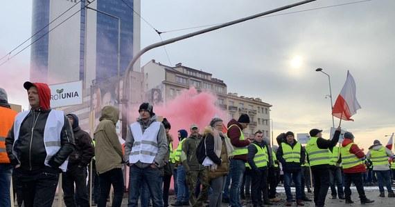 Prezes AGROunii Michał Kołodziejczak usłyszał w poniedziałek zarzuty karne w związku z protestem rolników, który odbył się w Warszawie w połowie marca. Mężczyzna ma odpowiedzieć m.in. za zniszczenie nawierzchni jezdni.