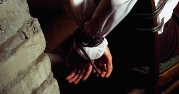 """Policjanci z grupy """"Archiwum X"""" z Komendy Stołecznej Policji ustalili, że 40-letni Tomasz G. może mieć związek z napaścią oraz porwaniem sprzed ponad dekady. Mężczyzna usłyszał zarzuty w prokuraturze."""