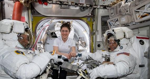 NASA odwołała zapowiadany na najbliższy piątek pierwszy w historii spacer kosmiczny w wyłącznie kobiecym gronie. Poszło o kombinezony. Problemem nie było jednak to, że panie nie chciały wystąpić w niemal identycznych strojach, tylko to, że właśnie takich identycznych, we właściwym rozmiarze, nie mają do dyspozycji. W związku z tym i piątkowy spacer, i kolejny odbędą się w mieszanych, damsko-męskich zespołach. Misja Międzynarodowej Stacji Kosmicznej (ISS) na tym nie ucierpi, a problem może przyczynić się do przyspieszenia postulowanej coraz częściej wymiany zaprojektowanych jeszcze w latach 80. XX wieku kombinezonów na nowe.