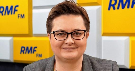 """""""Jesteśmy chyba jedynym ugrupowaniem w parlamencie obecnie, które dość jednoznacznie mówi, że Polski nie stać na te propozycje, które zgłasza PiS"""" – mówiła w Porannej rozmowie w RMF FM liderka Nowoczesnej Katarzyna Lubnauer. """"Mądre kraje, wtedy gdy jest koniunktura, to odkładają pieniądze, a zadłużają wtedy, kiedy jest kryzys. Natomiast jeżeli ktoś się zadłuża wtedy, gdy jest koniunktura, to znaczy, że wtedy gdy będzie kryzys, to będzie mieć ostry kryzys. To co robi polski rząd jest nieodpowiedzialne"""" – podkreśliła. """"Większość krajów UE w roku 2018 będzie miało prawdopodobnie nadwyżkę. W 2017 roku było to 13 krajów na 27, natomiast w 2018 może ich być jeszcze więcej. Polska miała cały czas deficyt"""" – mówiła rozmówczyni Roberta Mazurka."""
