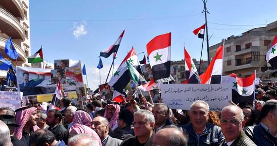 Tysiące osób wyszło we wtorek na ulice Damaszku i kilku innych miast Syrii w proteście przeciwko dekretowi prezydenta USA Donalda Trumpa, uznającemu suwerenność Izraela nad Wzgórzami Golan.