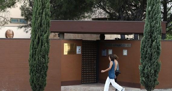 Materiały skradzione podczas lutowego ataku na ambasadę Koreańskiej Republiki Ludowo-Demokratycznej (KRLD) w Madrycie trafiły do amerykańskiego FBI - poinformował sędzia Jose de la Mata z hiszpańskiego Sądu Krajowego (Audiencia Nacional). Ujawniając 14-stronicowy dokument zawierający informacje o okolicznościach napadu na ambasadę Korei Północnej w Madrycie, sędzia wyjaśnił, że 10-osobowa grupa sprawców uciekła z placówki i udała się do Portugalii, skąd następnie odleciała do USA.