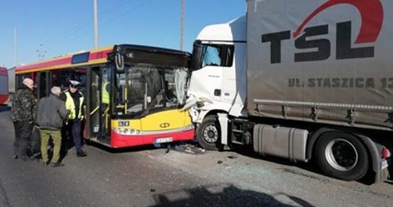 Autobus miejski zderzył się z ciężarówką w Grudziądzu w woj. kujawsko-pomorskim. Po wypadku do szpitala zostało odwiezionych sześć osób. Wśród poszkodowanych są dzieci.