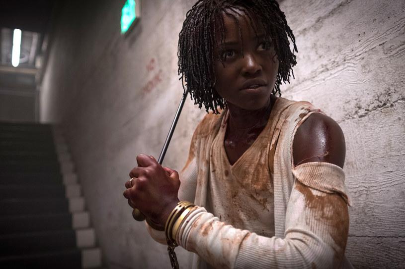 """""""Już w trakcie czytania scenariusza byłam przerażona"""" - przyznaje Lupita Nyongo, odtwórczyni głównej roli w filmie Jordana Peele'a """"To my"""". Produkcja okazała się rekordowo strasznym horrorem - w weekend otwarcia zyski trzykrotnie przekroczyły 20 mln budżetu."""