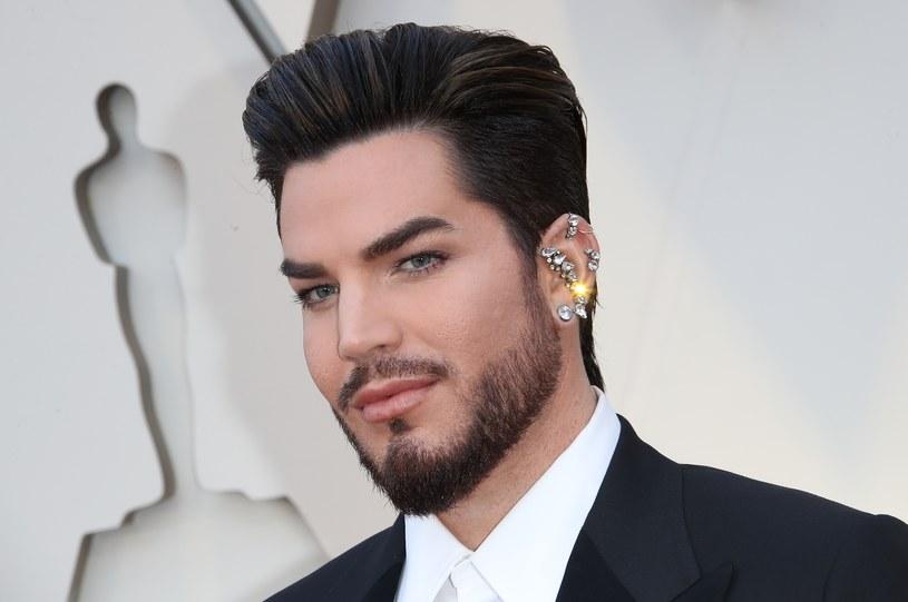 Znany ze współpracy z grupą Queen wokalista Adam Lambert już nie jest samotny - na Instagramie pokazał zdjęcie z partnerem, modelem Javim Costa Polo.
