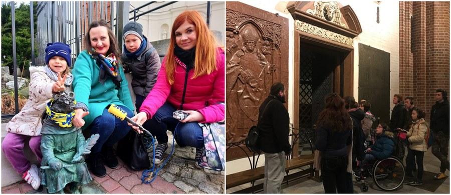 """To prawdziwa - i wyjątkowa! - podróż w czasie: do początków państwa polskiego! W ramach naszej charytatywnej akcji Lepsze Jutro z RMF FM zabraliśmy w nią podopiecznych placówki opiekuńczo-wychowawczej w Inowrocławiu. Cel podróży - a jakże! - Gniezno. Wspólnie odwiedziliśmy tamtejszą katedrę, gdzie podziwiać można słynne Drzwi Gnieźnieńskie, zajrzeliśmy do Muzeum Początków Państwa Polskiego i dowiedzieliśmy się, """"jak żyli ludzie 1000 lat temu""""."""