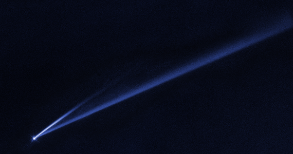 Kosmiczny Teleskop Hubble'a sfotografował niezwykłe zjawisko - ślady rozpadu planetoidy Gault, która zaczęła wirować tak szybko, że nie była w stanie utrzymać się w całości. NASA opublikowała właśnie zdjęcie, na którym widać dwie smugi wyrzuconego materiału, które sprawiają, że planetoida przypomina kometę. Astronomowie oceniają, że takie zjawisko występuje w pasie planetoid miedzy orbitami Marsa i Jowisza bardzo rzadko, mniej więcej raz w roku. Nie tylko atrakcyjnie wygląda, ale daje też bardzo dobrą okazję do badań składu planetoid.