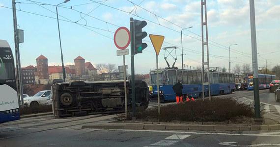 Kolizja karetki pogotowia z autobusem komunikacji miejskim na Rondzie Grunwaldzkim w Krakowie. Zdjęcie z miejsca zdarzenia dostaliśmy na Gorącą Linię RMF FM.