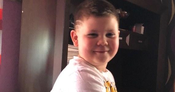 Maciek ma na sobie koszulkę ze Spidermanem, ale lubi też Batmana. W ostatnich dniach o Maćku jest głośno. Wiele osób mówi o nim jak o superbohaterze. Dzielny 6-latek z Czechowic-Dziedzic uratował 3-letniego kolegę, który skoczył z okna na wysokości około 3 metrów.