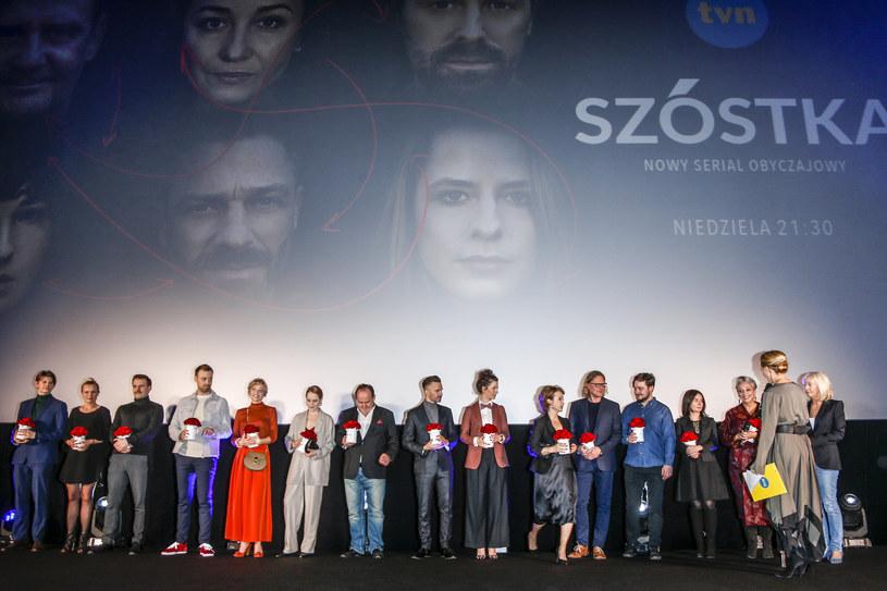 """Serial """"Szóstka"""" przedstawia trzy nieznajome pary, które zostały włączone do programu łańcuchowego przeszczepu nerek. Zdaniem reżyserki, Kingi Dębskiej, ta produkcja ma też rolę misyjną - może zmienić nastawienie Polaków do transplantologii."""