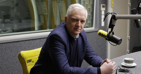 """Krzysztof Ziemiec pytał w RMF FM Jarosława Gowina czy możliwe jest, że rząd przyzna nauczycielom podwyżkę w wysokości tysiąca złotych. """"To jest niemożliwe. Powtarzamy to - my, przedstawiciele rządu - przez wiele tygodni. Który rząd, gdyby miał możliwość zapobieżenia strajkom w szkołach, wahałby się przed podniesieniem wynagrodzeń? Musimy być odpowiedzialni, nie możemy pójść drogą Rumunii, która równocześnie gwałtownie obniżyła podatki. Wtedy biłem rządowi rumuńskiemu brawo, ale następnie równie radykalnie zaczął podnosić świadczenia socjalne o 50 proc., emerytury o 30 proc., wynagrodzenia w sferze budżetowej w jednym roku o 20 proc., w drugim roku o 20 proc. Efektem jest głęboki kryzys rumuńskiej gospodarki. Takiego scenariusza nikt w Polsce sobie nie wyobraża"""" - zaznaczył Jarosław Gowin."""