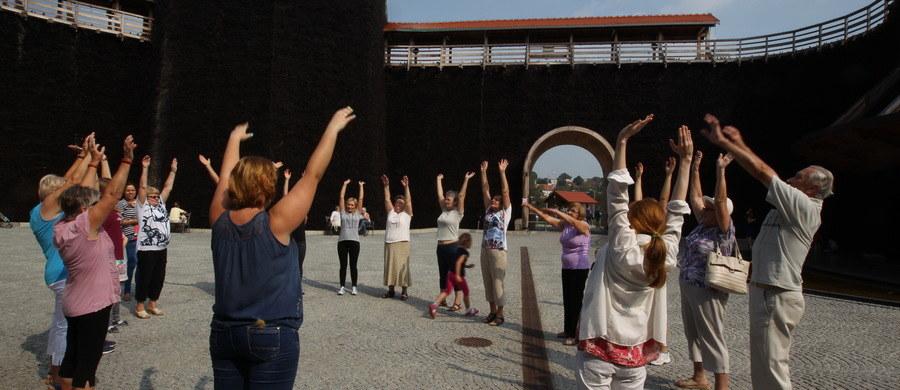 Ćwiczenia oddechowe to świetny sposób na odstresowanie się – przekonuje fizjoterapeutka Aleksandra Śliwa. W Uzdrowisku Kopalnia Soli Wieliczka prowadzi ćwiczenia oddechowe.
