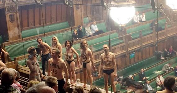 Londyńska policja zatrzymała 12 aktywistów, którzy w ramach protestu przeciwko bierności posłów wobec zmian klimatu rozebrali się do półnaga i próbowali przykleić do dźwiękoszczelnej ściany na galerii Izby Gmin.