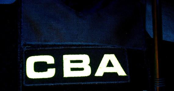 11 osób zamieszanych w aferę GetBack zatrzymali agenci CBA. To byli dyrektorzy i pracownicy jednego z banków oraz aktor Piotr A. i Bartosz B. Trwają przeszukania w ich mieszkaniach. Po zakończeniu tych czynności zostaną przewiezieni do Prokuratury Regionalnej w Warszawie, gdzie mają usłyszeć zarzuty.