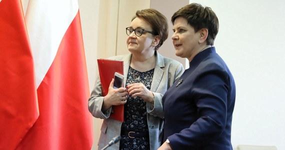 W pokoju nauczycielskim coraz większe zdumienie i zaskoczenie postawą negocjacyjną rządzących. To już nawet nie kwestia złości. To, jak pisał Zbigniew Herbert, cichy śmiech, który - oprócz aktywnych działań - staje się obecnie jedynym sposobem na wyrażenie niezgody na dziejący się absurd. Nie wiem, czy Pani Premier wie, ale praktycznie wszyscy nauczyciele w Polsce mają wyższe wykształcenie, a nawet nauczyciele-humaniści (także dzięki maturze z matematyki) potrafią dodawać i liczyć procenty. To, ale nie tylko to, pozwala nam odróżnić prawdę od kłamstwa, poważne traktowanie negocjacji jako formy dialogu od wizerunkowej gry pozorów nastawionej tylko i wyłącznie na rozegranie przeciwnika.