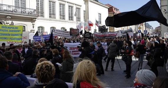 """""""SOS dla szpitali"""", """"nasze szpitale umierają powoli"""" - między innymi z takimi transparentami kierownicy i pracownicy szpitali z całej Polski protestowali przed Ministerstwem Zdrowia. Do demonstrantów wyszli przedstawiciele resortu."""