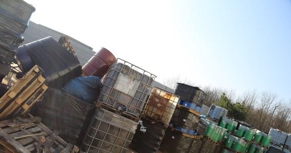 Śledczy rozpoczęli przesłuchania członków zorganizowanej grupy przestępczej, która zajmowała się nielegalnym składowaniem niebezpiecznych odpadów. Informację o rozbiciu tak zwanej mafii śmieciowej na południu Polski i zatrzymaniu kilkunastu osób pierwsi podali dziennikarze RMF FM.