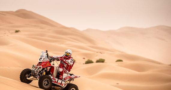 """Rafał Sonik otwierał trasę trzeciego etapu Abu Dhabi Desert Challenge. W poniedziałkowy wieczór sędziowie przyznali kary za przekroczenie prędkości i krakowianin awansował na pozycję lidera. To jednak wcale nie okazało się korzystne. """"To żelazna zasada tego rajdu, że kto otwiera trasę, nigdy nie wygrywa etapu. Mnie również nie udało się jej dzisiaj złamać"""" - przyznał quadowiec."""