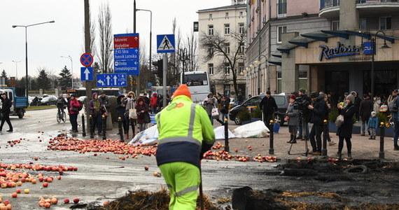 W środę w Warszawie odbędzie się manifestacja rolników z AGROunii. Protest rozpocznie się o godzinie 8:00 rano na placu Zawiszy. Następnie rolnicy przejdą na rondo Dmowskiego. Urząd miasta już dziś ostrzega o możliwych utrudnieniach w ruchu.