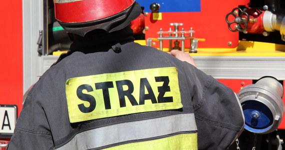 Jedna osoba zginęła, a dwie zostały ranne w pożarze mieszkania w kamienicy na wrocławskim osiedlu Sępolno. Straż ewakuowała 10 osób.