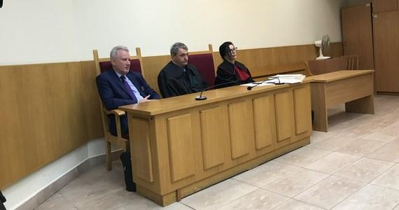 Do 18 kwietnia Sąd Rejonowy dla Warszawy-Mokotowa odroczył rozpoczęcie procesu ws. oskarżonych o brutalne pobicie b. wiceszefa KNF Wojciecha Kwaśniaka. To już trzecia zmiana terminu pierwszej rozprawy w tej sprawie ze względu na niestawiennictwo oskarżonych.