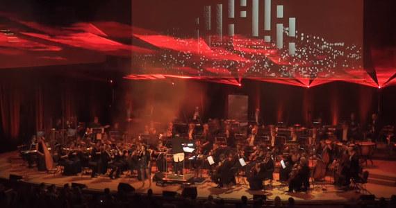To niezwykłe połączenie muzyki symfonicznej i elektronicznej. Jego premierowa - krakowska - odsłona wyprzedała do ostatniego miejsca w ICE Kraków Congress Centre! 17 maja Orcheston, bo o nim mowa, zawita do Warszawy - a w oczekiwaniu na to wydarzenie zobaczcie relację z premierowego koncertu pod Wawelem!