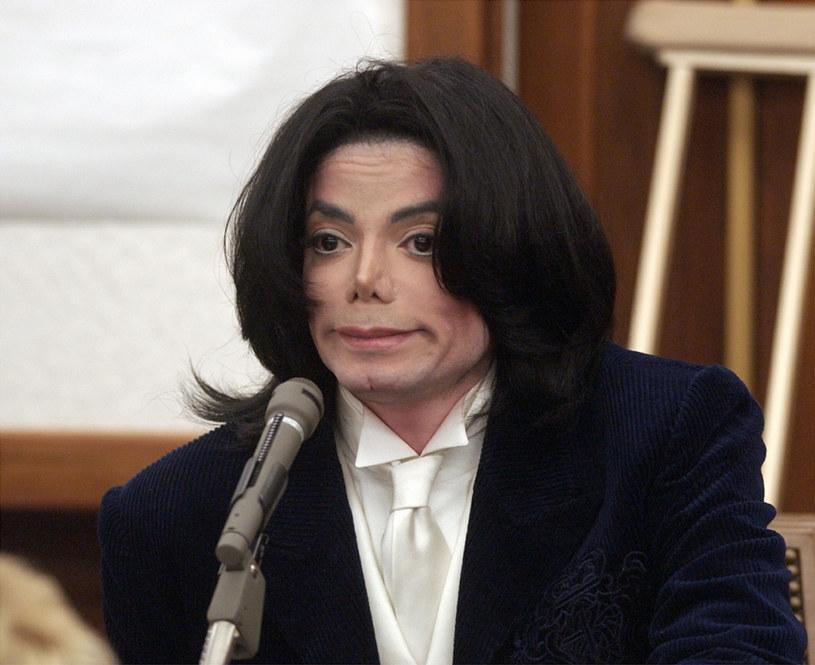 """Michael Jackson nie molestował nieletnich chłopców? Takiego zdania jest autor jego biografii Mike Smallcombe, który zarzucił ofiarom wypowiadającym się w """"Leaving Neverland"""" kłamstwa i nieścisłości. Sprawę postanowił wyjaśnić reżyser dokumentu."""
