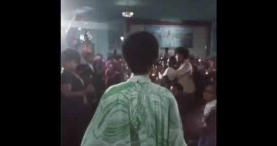 """Dziś, po 47 latach od powstania, na ekrany amerykańskich kin wchodzi """"Amazing Grace"""" - jeden z najważniejszych dokumentów muzycznych w historii USA. Jego bohaterką jest zmarła w zeszłym roku Aretha Franklin, którą magazyn """"Rolling Stone"""" okrzyknął wokalistką wszech czasów. W filmie zarejestrowano koncert połączony z nabożeństwem gospel z 1972 roku. Popisy wokalne """"królowej soulu"""" są unikalne. Jednak emocjonalne sceny z udziałem zebranych w kościele ludzi możemy oglądać do dzisiaj. Wystarczy wybrać się na tzw. Sunday Service w dzielnicy Harlem w Nowym Jorku."""
