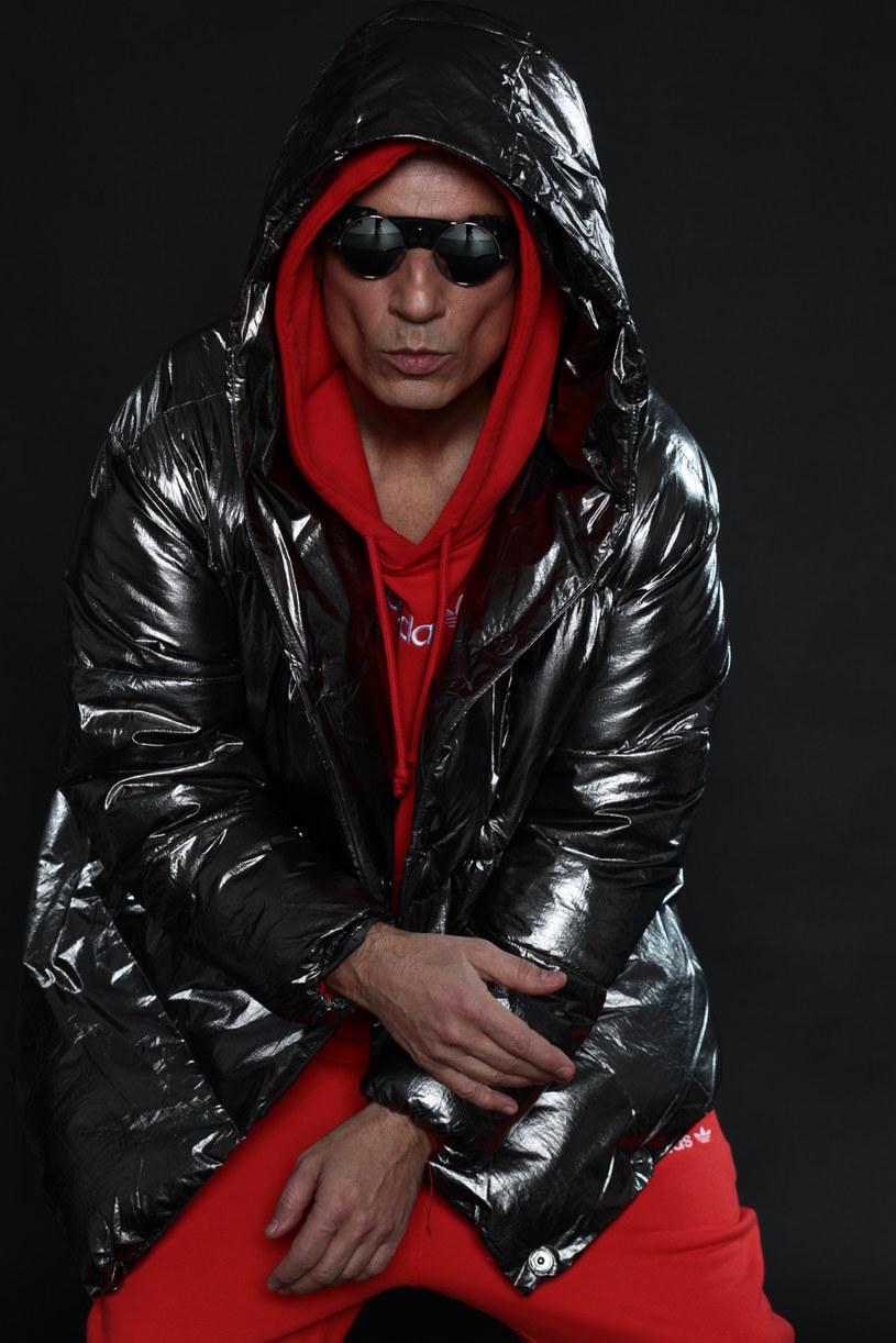 """Zgodnie z zapowiedzią w piątek (5 kwietnia) o godz. 6:16 swój nowy singel """"Doskozzza"""" zaprezentował Jacek Stachursky."""