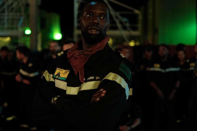 """Od wykluczanego imigranta do gwiazdy pierwszego formatu! Omar Sy, jeden z """"Nietykalnych"""", ratuje świat przed nuklearną zagładą w thrillerze """"Wilcze echa""""."""