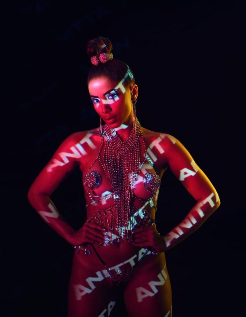 """Znana do tej pory głównie z współpracy z innymi gwiazdami popu, brazylijska wokalistka Anitta wypuściła pierwszy wizualny album """"Kisses"""", na którym znalazło się 10 piosenek z towarzyszącymi im teledyskami."""
