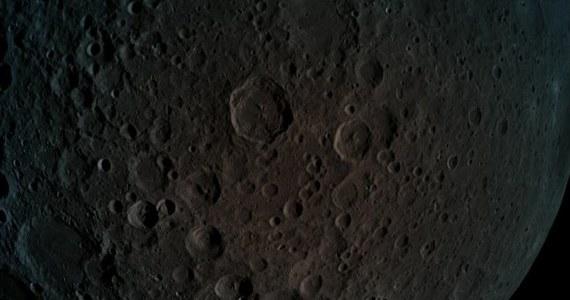 Izraelska sonda Beresheet weszła wczoraj na orbitę Księżyca i przesłała zdjęcia jego ciemnej strony. Na jednym z nich widać też Ziemię. Ten pierwszy prywatny lądownik księżycowy ma opaść na powierzchnię Srebrnego Globu w przyszłą sobotę, 11 kwietnia. Izrael w ten sposób stanie się czwartym po Związku Radzieckim, Stanach Zjednoczonych i Chinach krajem, który takie lądowanie przeprowadzi. Wejście na orbitę Księżyca sprawiło, że Izrael stał się 7. krajem, którego pojazd był w stanie okrążyć naturalnego satelitę Ziemi.