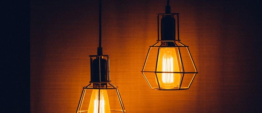 Od dziś obowiązuje nowa taryfa Enei Operatora, zatwierdzona w marcu przez prezesa Urzędu Regulacji Energetyki. Dystrybutor podał, że obsługiwane przez niego gospodarstwa domowe zapłacą w tym roku ponad 7,4 proc. mniej za dostawę energii elektrycznej.